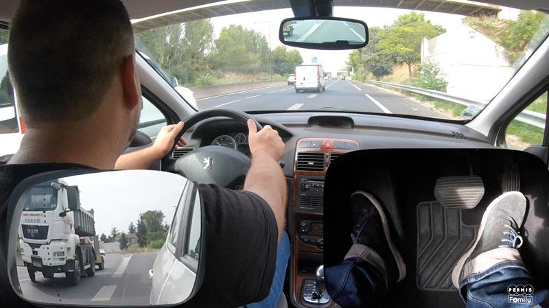 Conduite sur la voie rapide avec une voiture en boite automatique